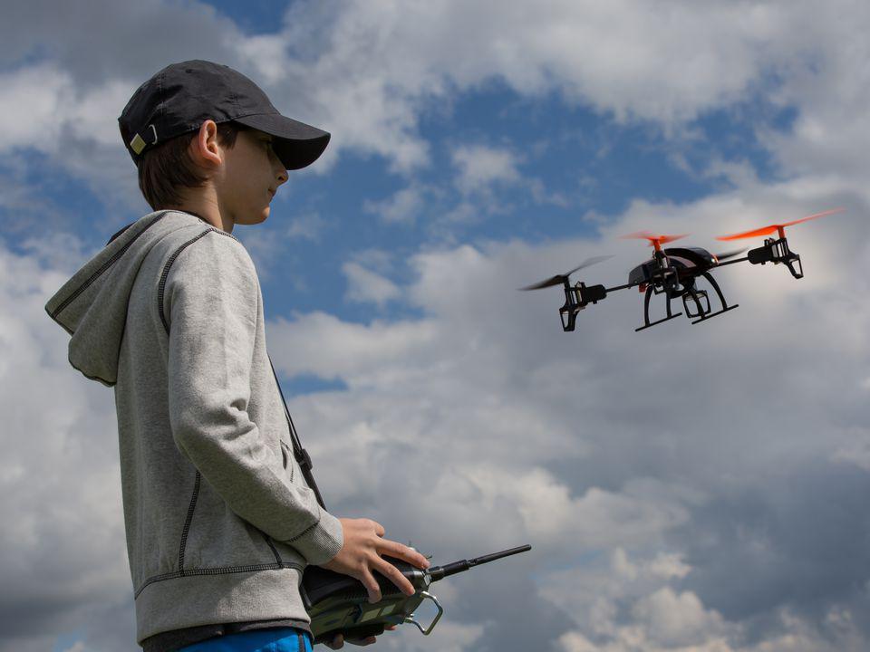Chaval volando u dron