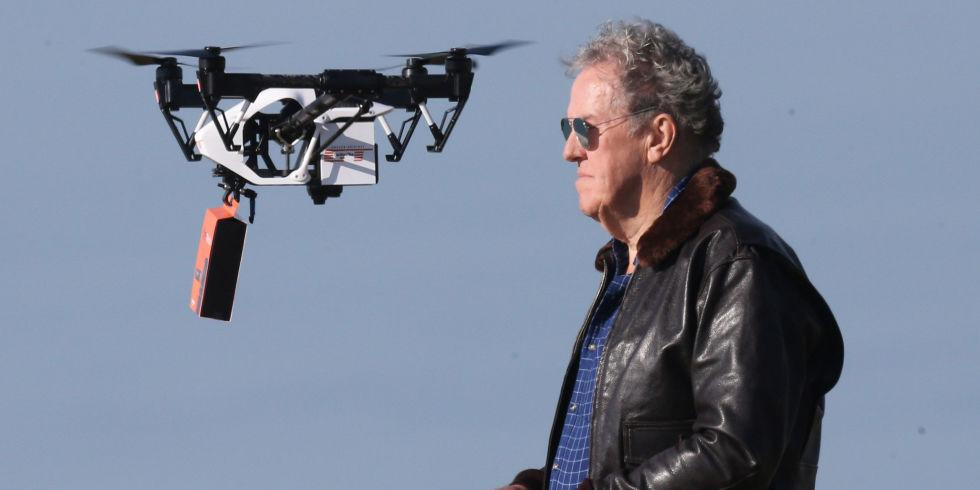Señor volando un dron