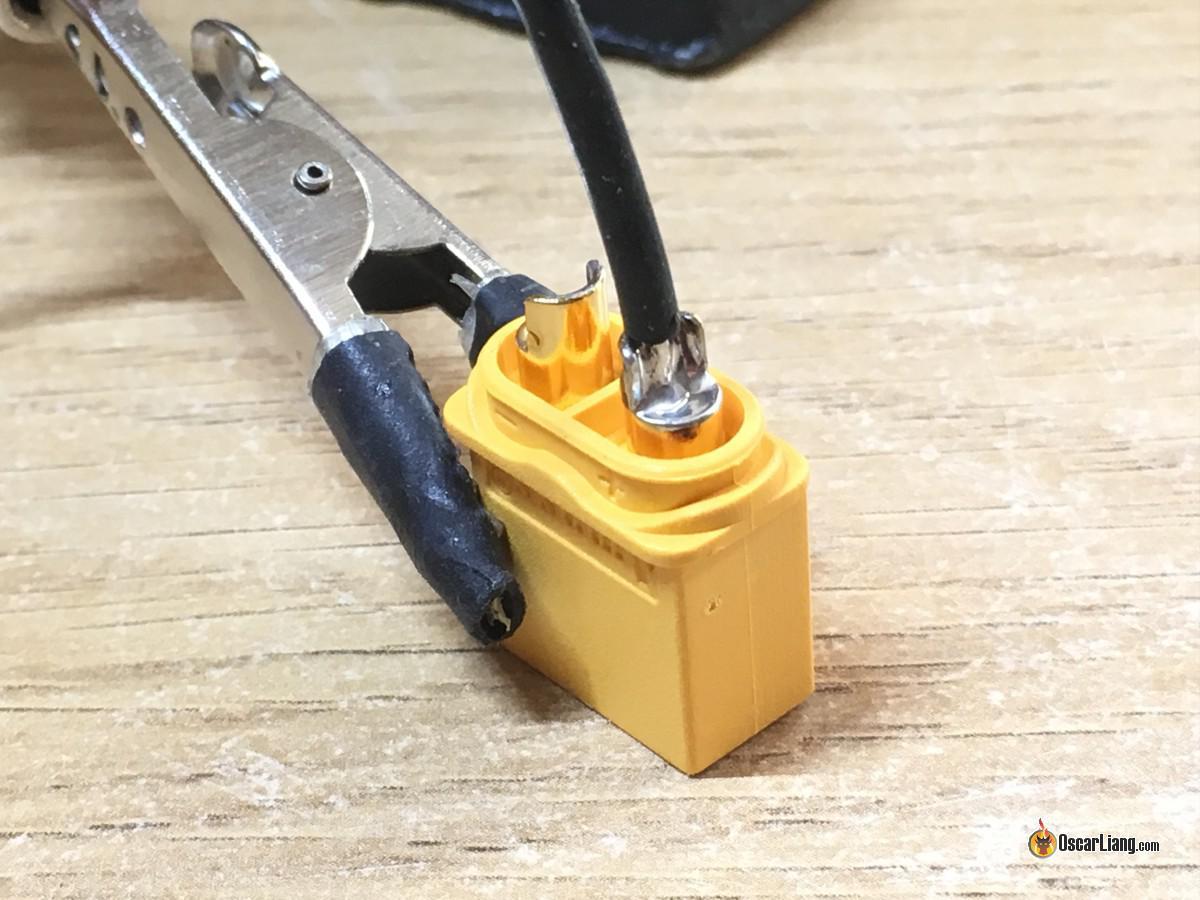 Pre estañar el conector y el cable