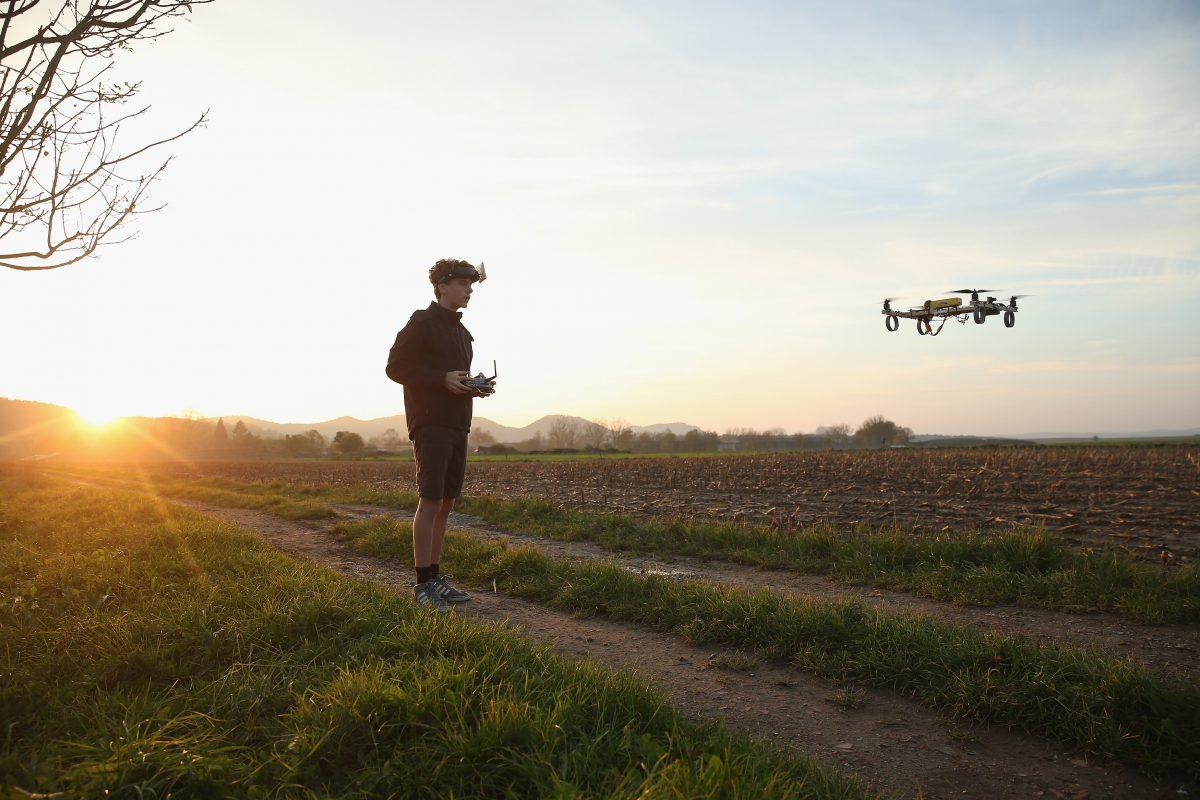 Hombtre volando un dron